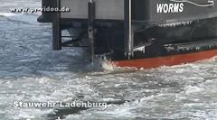 Eisbrecher auf dem Neckar halten Fahrrinne frei