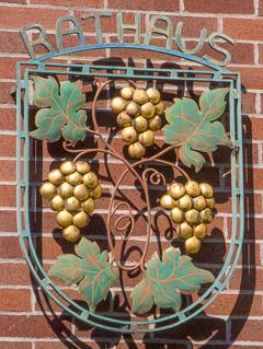 Dossenheim-Rathaus-Wappen-20140701-001_tn-4609
