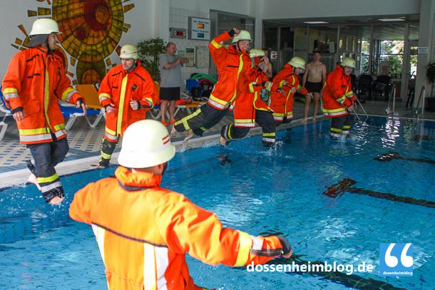 Mit einem Sprung sind die Einsatzkräfte der Dossenheimer Feuerwehr im Wasser.