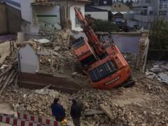 17-Tonnen-Bagger bricht durch Kellerdecke